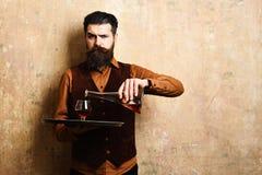Usługowy i napoje pojęcie Barman z surową twarzą zdjęcie stock