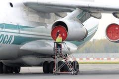 Usługowy inżynier słuzyć dżetowego silnika Zdjęcia Royalty Free