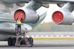 Usługowy inżynier słuzyć dżetowego silnika Fotografia Royalty Free