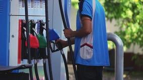 Usługowy mężczyzna Pracuje na Benzynowej stacji zbiory wideo