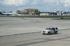 US-Abteilung des Staatssicherheit US-Gewohnheits-und -grenzschutzautos auf Asphalt an internationalem Flughafen Miamis Stockfoto