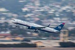 Us Airways Boeing 757-2B7 N937UW som avgår San Diego International Airport Royaltyfri Foto