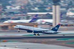 Us Airways Boeing 757-2B7 N937UW som avgår San Diego International Airport Arkivfoton