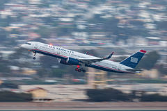 Us Airways Boeing 757-2B7 N937UW som avgår San Diego International Airport Arkivbild