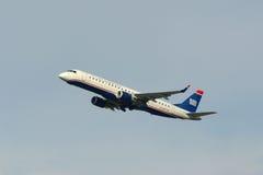 US Airways Embraer 190 à l'aéroport de Boston Photos libres de droits