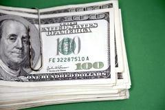 US-Banknoten in der Papierklammer Lizenzfreie Stockfotos