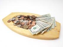 US-Bargeld auf hölzernem Tellersegment Stockbilder