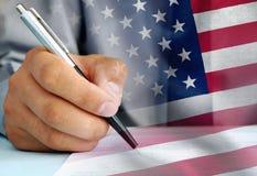 US-Beamter, der eine amtliche Urkunde unterzeichnet stockbilder