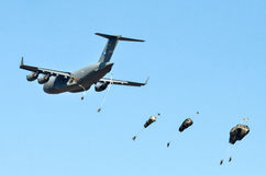 US C-17 drops para troopers Stock Photography