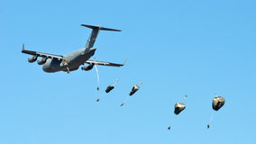 US C-17 drops para troopers Royalty Free Stock Photo