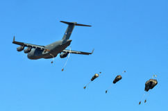 US C-17 drops para troopers Royalty Free Stock Photos