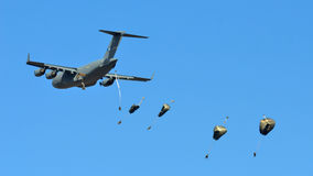 US C-17 drops paratroopers Stock Photos