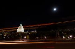 Us-Capitol från gatan i månsken - Washington Royaltyfri Fotografi