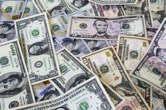 US dollar av olika valörer arkivfoto