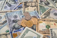 US-Dollar Banknoten mit Münze Lizenzfreies Stockbild
