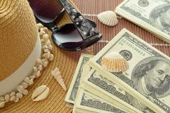 US-Dollar Banknoten Strohhut-Sonnenbrille-Oberteile Stockfoto