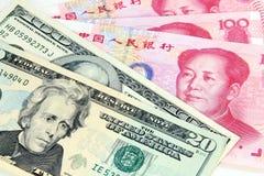 US-Dollar gegen chinesisches RMB Stockfotos