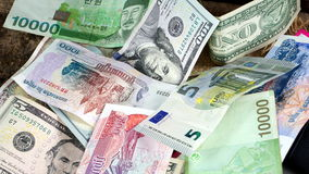 US dollar, koreanska segrade, euroräkningar och några pengarräkningar och sedlar Arkivfoto