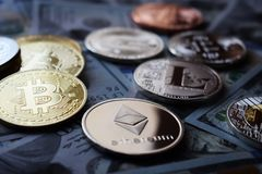 US dollar och cryptocurrency: Bitcoin Ethereum, Monero, Litecoin, krusning royaltyfria bilder