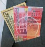 US dollar- och schweizisk francsedlar arkivbild