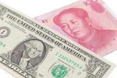 US-Dollar Rechnung und chinesische Yuanbanknote auf weißem Hintergrund, US Lizenzfreie Stockfotos