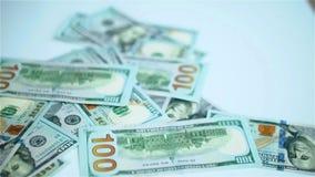 US dollar sedlar som faller på vit yttersida Timpenningar arnings, vinst lager videofilmer
