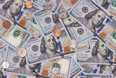 100 US-Dollar und abstrakter Hintergrund der Cents Stockfoto