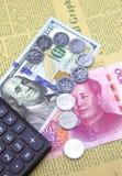 US-Dollar und China Yuan Feder, Brillen und Diagramme Stockbilder