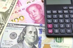 US-Dollar und China Yuan mit Taschenrechner Stockfoto