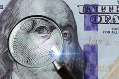 100 US-Dollar unter Lupe Stockbild
