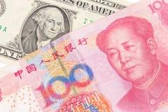 US dollarräkning och kinesyuansedel på vit bakgrund, USA Royaltyfri Foto