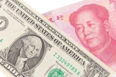 US dollarräkning och kinesyuansedel på vit bakgrund, USA Fotografering för Bildbyråer
