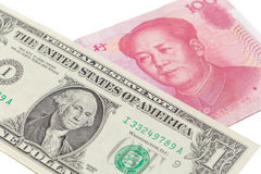 US dollarräkning och kinesyuansedel på vit bakgrund, USA Royaltyfria Foton