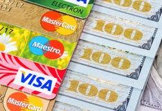 US dollarräkningar med kreditkortvisumet och MasterCard Royaltyfri Bild