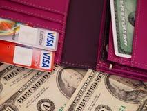 US dollarräkningar och kreditkortar Arkivfoton