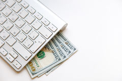 100 US-Dollars Banknoten und Geldmünzen mit dem Computer keyboar Stockfotos