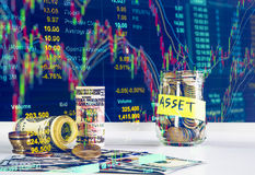 100 US-Dollars Banknoten und Geldmünzen mit Geld in Glas aga Lizenzfreies Stockbild