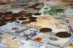US-Dollars Euros und Münzen lizenzfreie stockfotografie