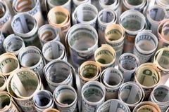 US-Dollars werden in den Reihen aufgewiesen, die oben in den Röhrchen gerollt werden Stockbild