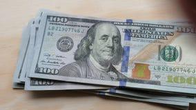 US 100 Dollarscheine ausbreitend und auf einer Tabelle gezählt stock video footage