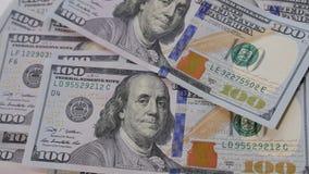 US 100 Dollarscheine schnell ausbreitend und auf einer Tabelle auf eine unordentliche Art gezählt stock video