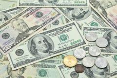 US dollarsedlar och mynt Arkivfoton