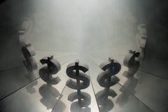 US dollarvalutasymbol på spegeln och som täcker i rök royaltyfri bild