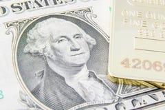 US ein Dollarschein mit Bild/Porträt von George Washington- und Goldbarren Lizenzfreies Stockfoto