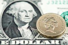 US ein Dollarschein und britische Sterling Pound-Münze stockfotografie