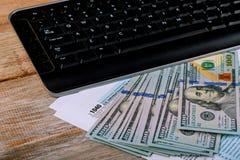 1040 US-einzelnes Einkommenssteuer-Formular umgeben durch Bargeld S Individualeinkommen-Steuererklärung und Banknote, Finanzkonze Lizenzfreie Stockfotos