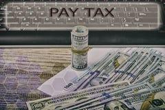 1040 US-einzelnes Einkommenssteuer-Formular umgeben durch Bargeld S Individualeinkommen-Steuererklärung und Banknote, Finanzkonze Stockbilder
