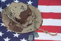 US-Flagge mit Tarnungs-Kampf-Hut und Erkennungsmarken Lizenzfreies Stockfoto
