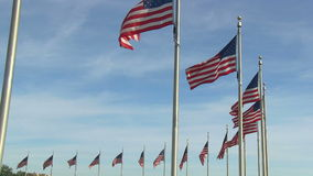 US-Flaggen bei Washington Monument in Washington, DC stock video