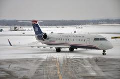 US-Fluglinien ausdrücklich im Flughafen nach Schnee Lizenzfreie Stockfotografie